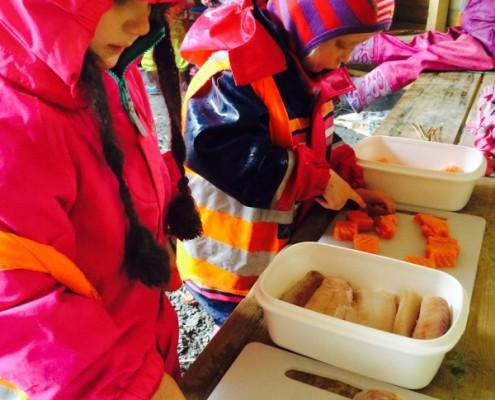 Skjære fisk i Drømmehagen barnehage